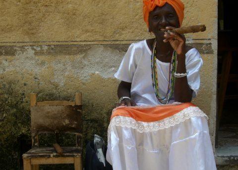Mujer y cigar Havana Cuba
